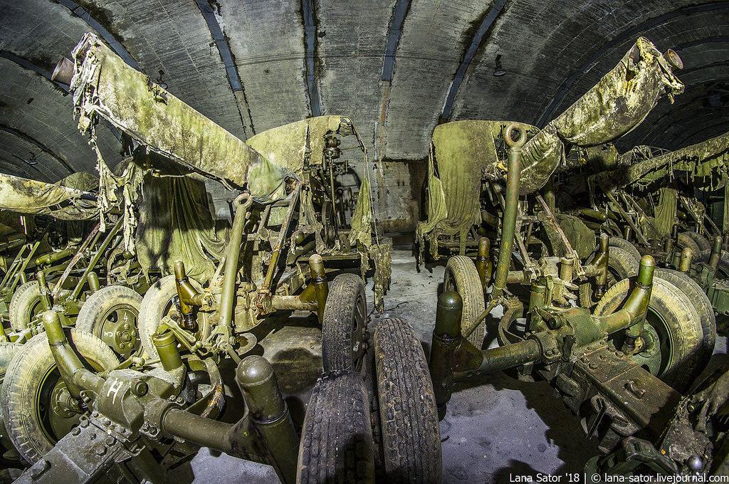 41865194591_5ec7d57e30_b Заброшенный подземный аэродром в Албании с законсервированными древними советскими истребителями Миг-17