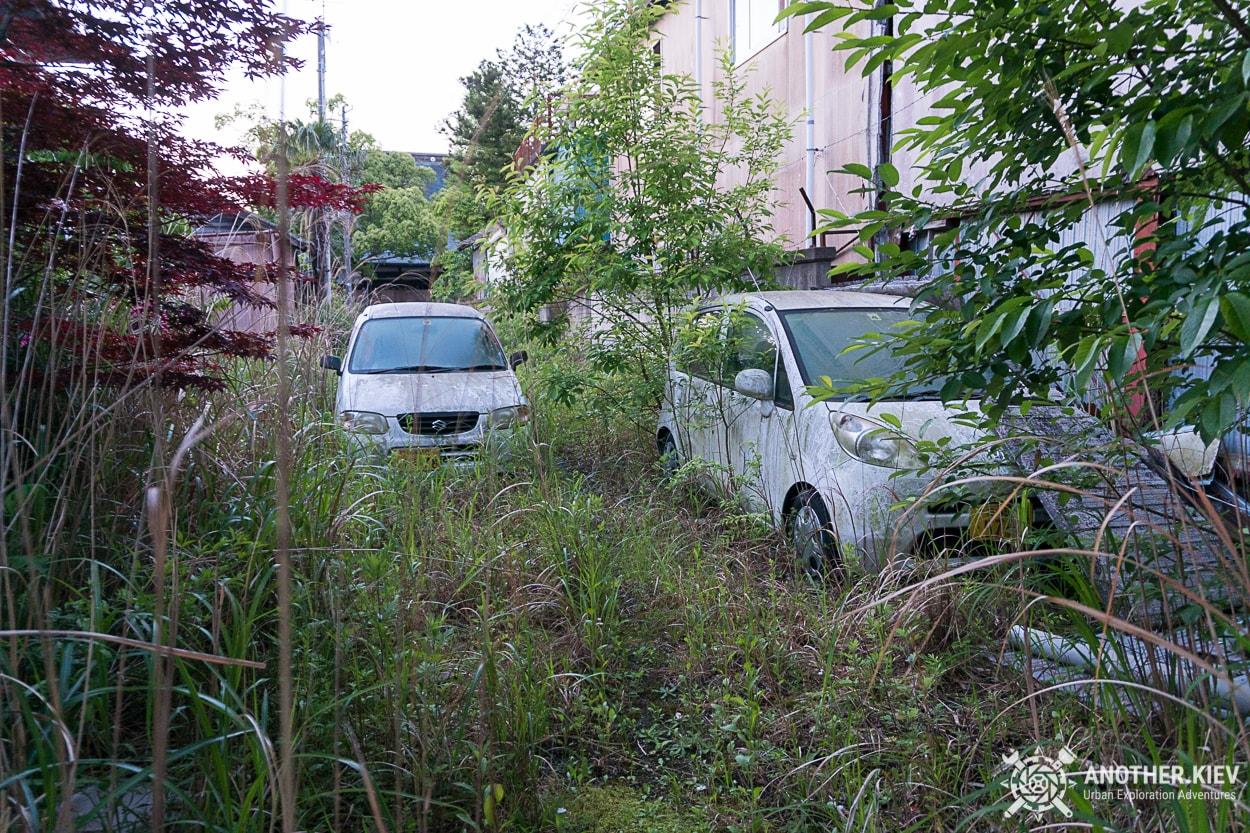 abandoned-cars-in-red-zone-fukushima Поход в заброшенный город Футаба, зона отчуждения Фукусимы