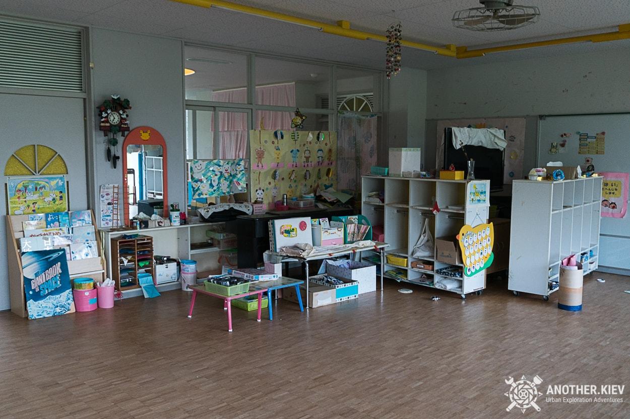 inside-abandoned-kindergarten Поход в заброшенный город Футаба, зона отчуждения Фукусимы