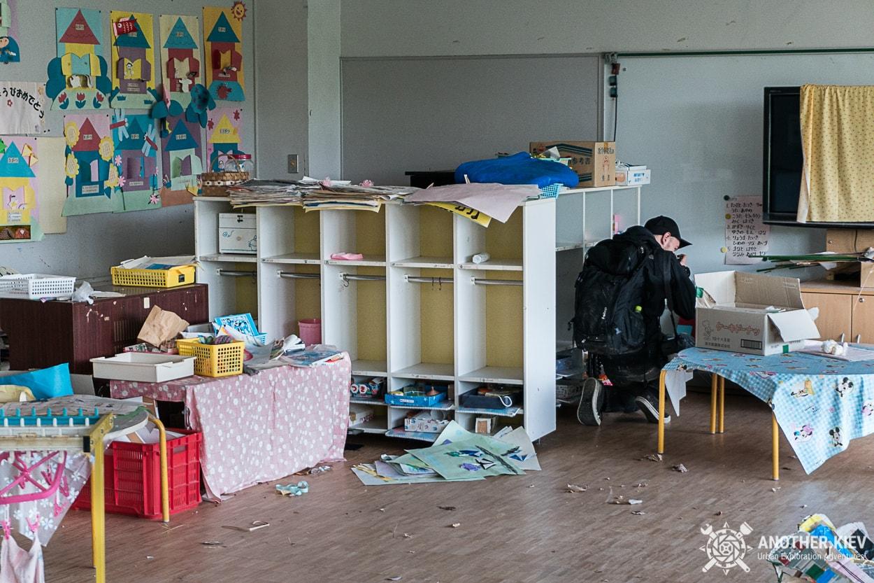 inside-rooms-abandoned-kindergarden-futaba Поход в заброшенный город Футаба, зона отчуждения Фукусимы