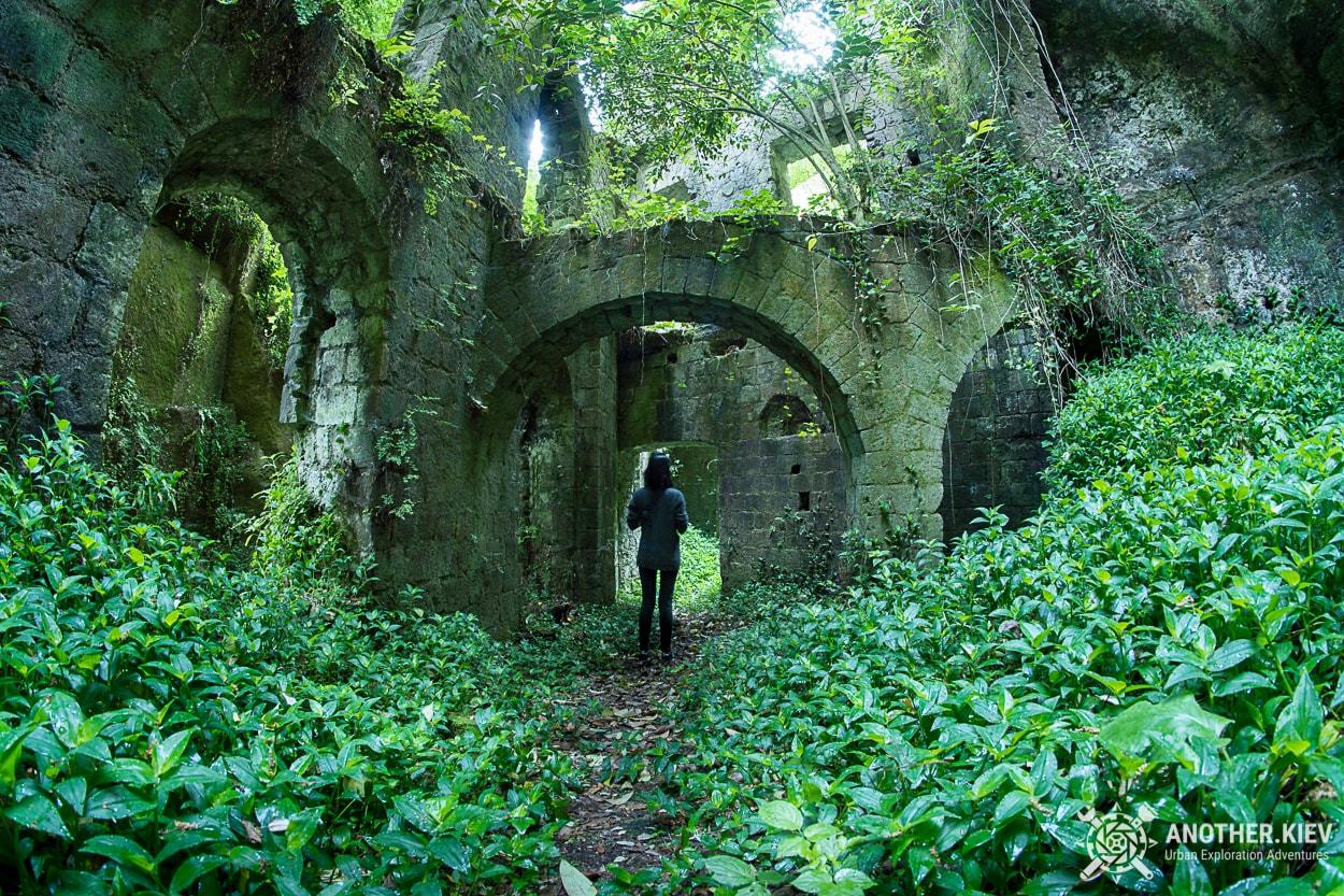 on-the-bottom-inside-mill-in-sorrento Затерянный Мир в недрах городка Сорренто. Италия