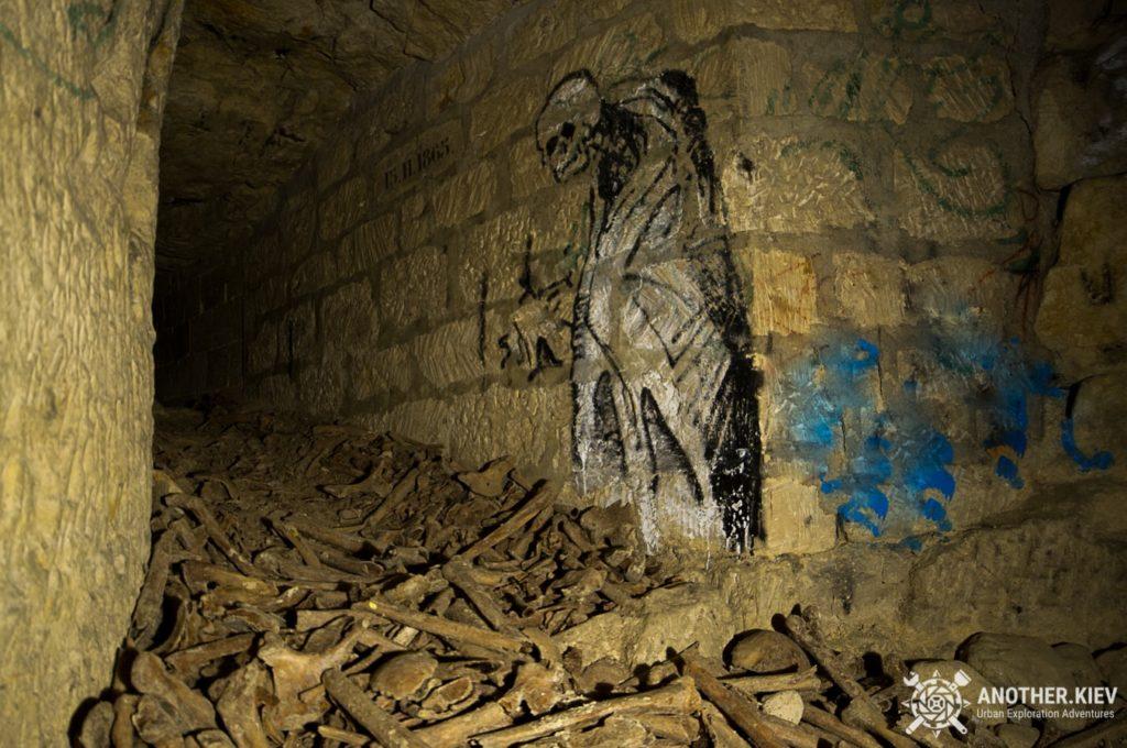 paris-catacombs-dark-urbex-tour-exploring-ossuarium-1024x680 ТОП 7 самых впечатляющих мест в мире для URBEX путешествий