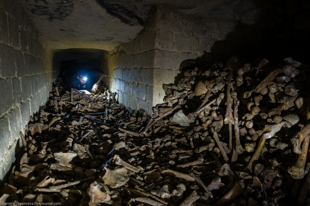 33257372 Parisian catacombs: dead remember everything